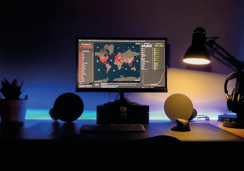 Ein Computerbildschirm zeigt eine Weltkarte mit roten Einfärbungen