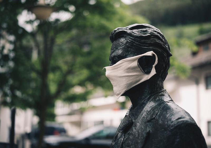 Der Kopf einer Statue mit Gesichtsmaske