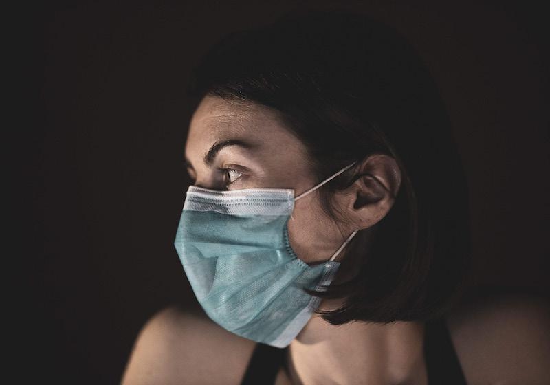 Eine Frau mit Gesichtsmaske im Profil