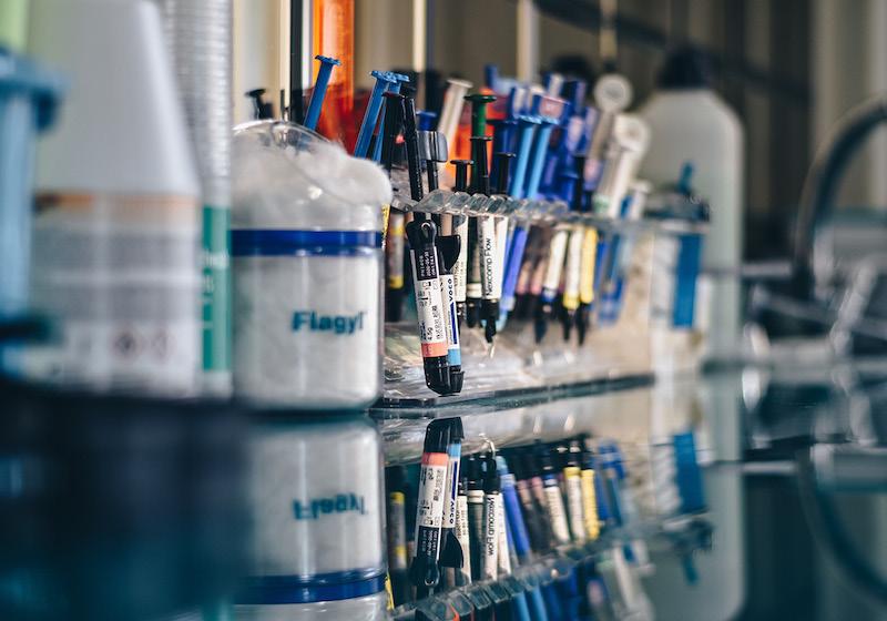 Spritzen aufgereiht im Labor