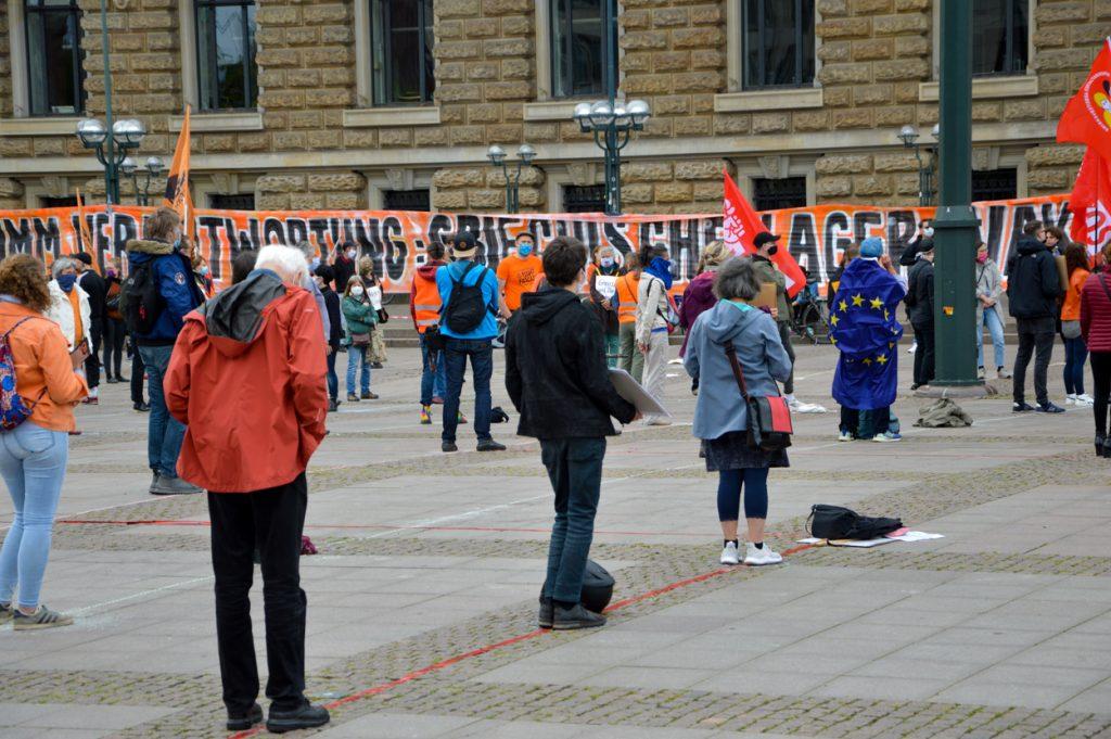 Menschen bei der Seebruecke Kundgebung auf dem Rathausplatz
