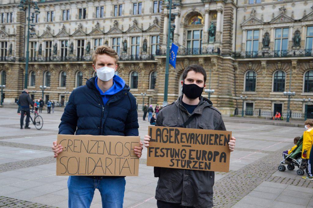 'Grenzenlose Solidarität' und 'Lager evakuieren – Festung Europa stürzen' fordern Jonas Schlotterbeck und Anatol Pabst. Foto: Jonathan Schanz
