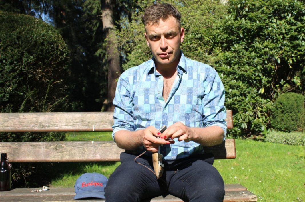 Schauspieler Enrique Fiß ist nicht im Theater, sondern auf einer Bank im Park