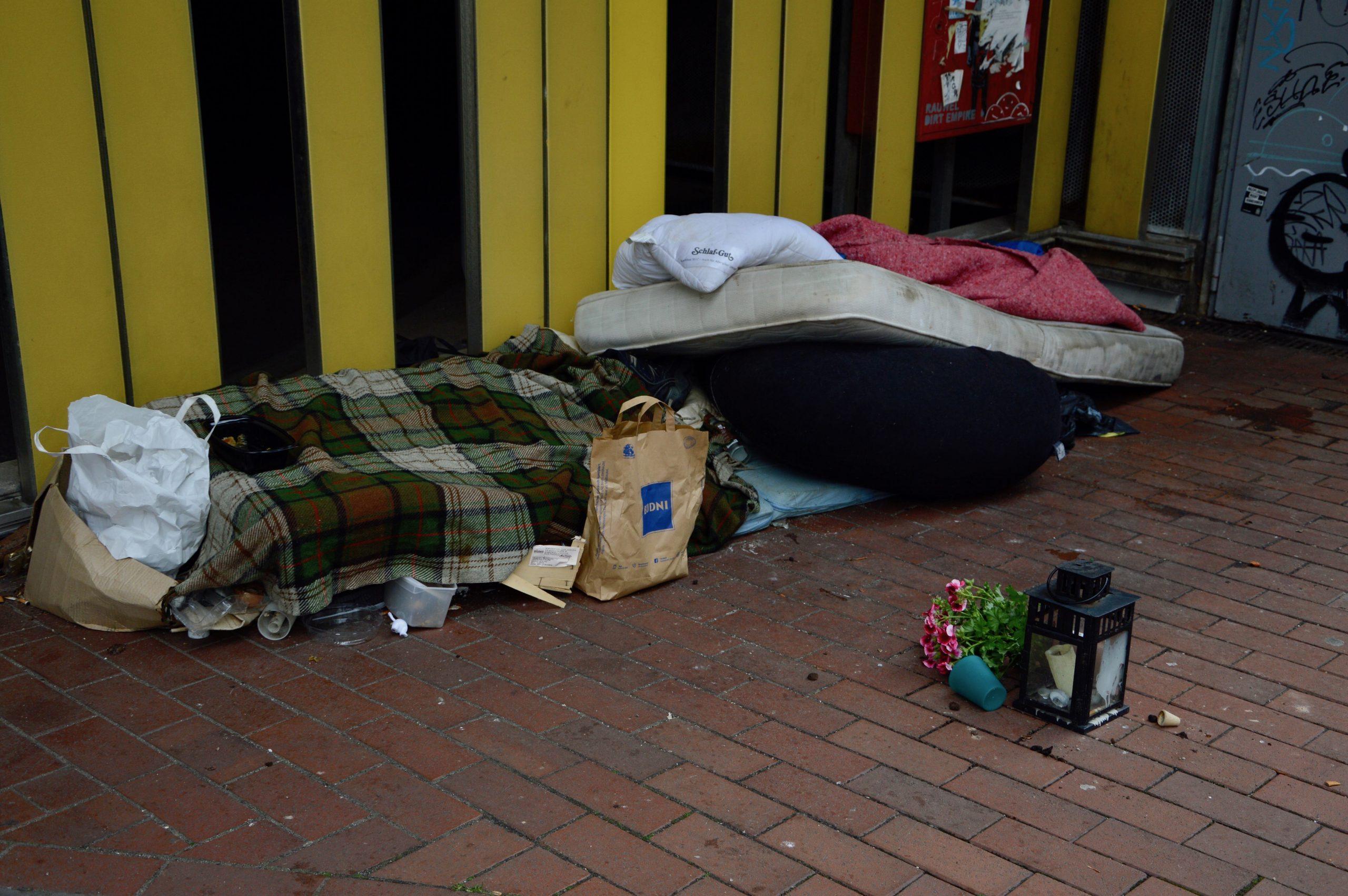 Matratzen und Decken auf der Straße