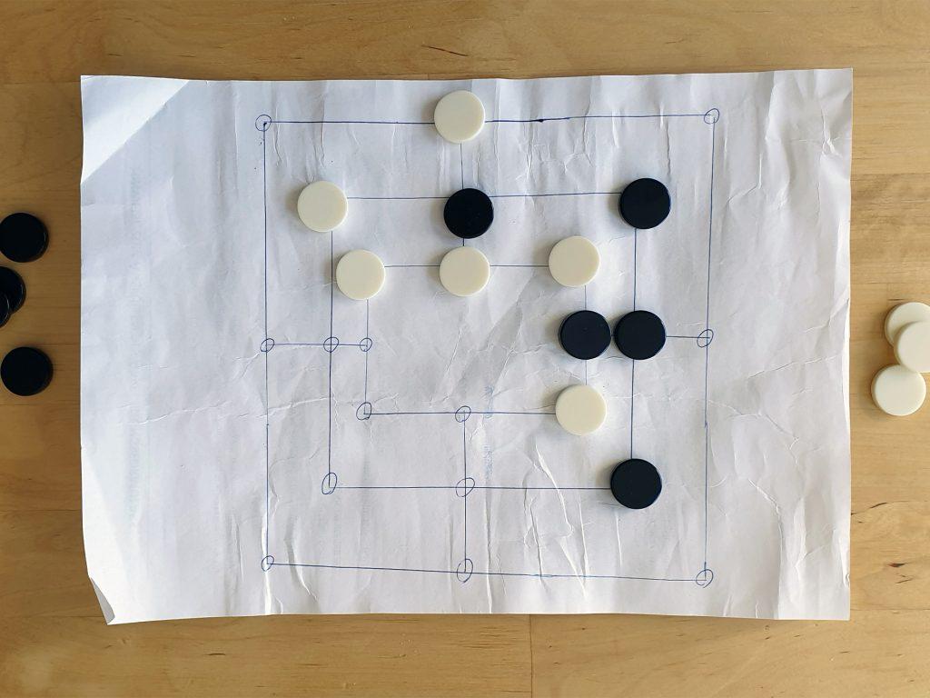 Spiele-Tipps: Ein Mühlebrett ist schnell selbstgemacht. Foto: Patrick Nägele