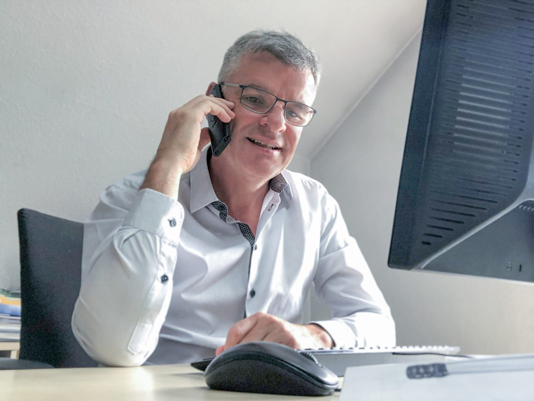Markus Bissinger im Homeoffice am Telefon
