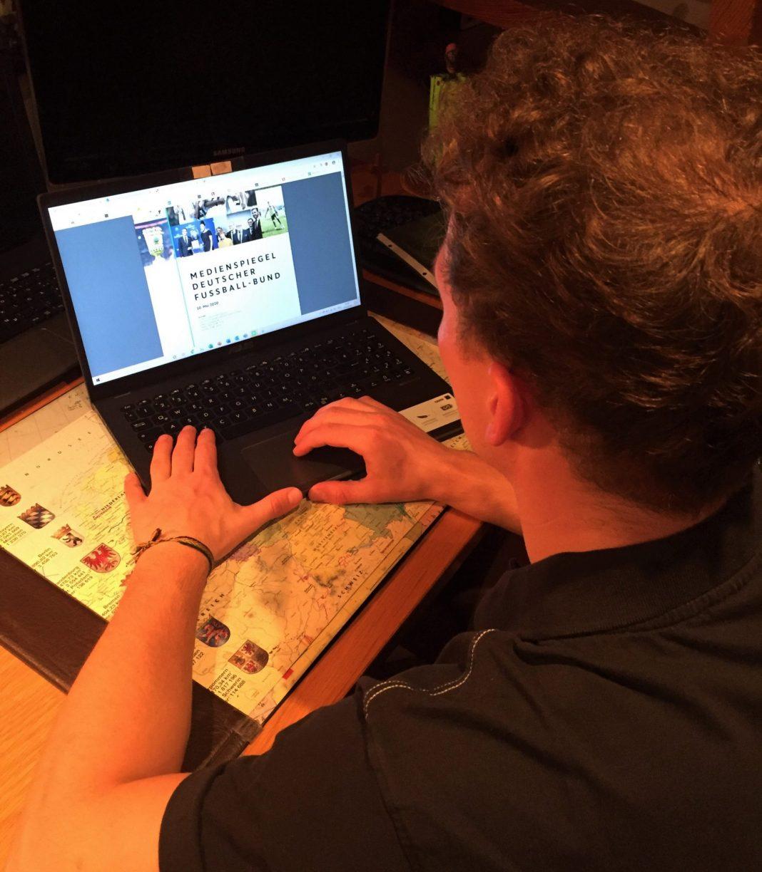 Tom im Homeoffice an seinem Schreibtisch. Hier begann für ihn sein Volontariat beim DFB während der Coronazeit.