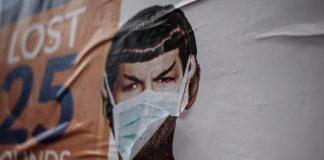 Plakat mit angehefteter Maske