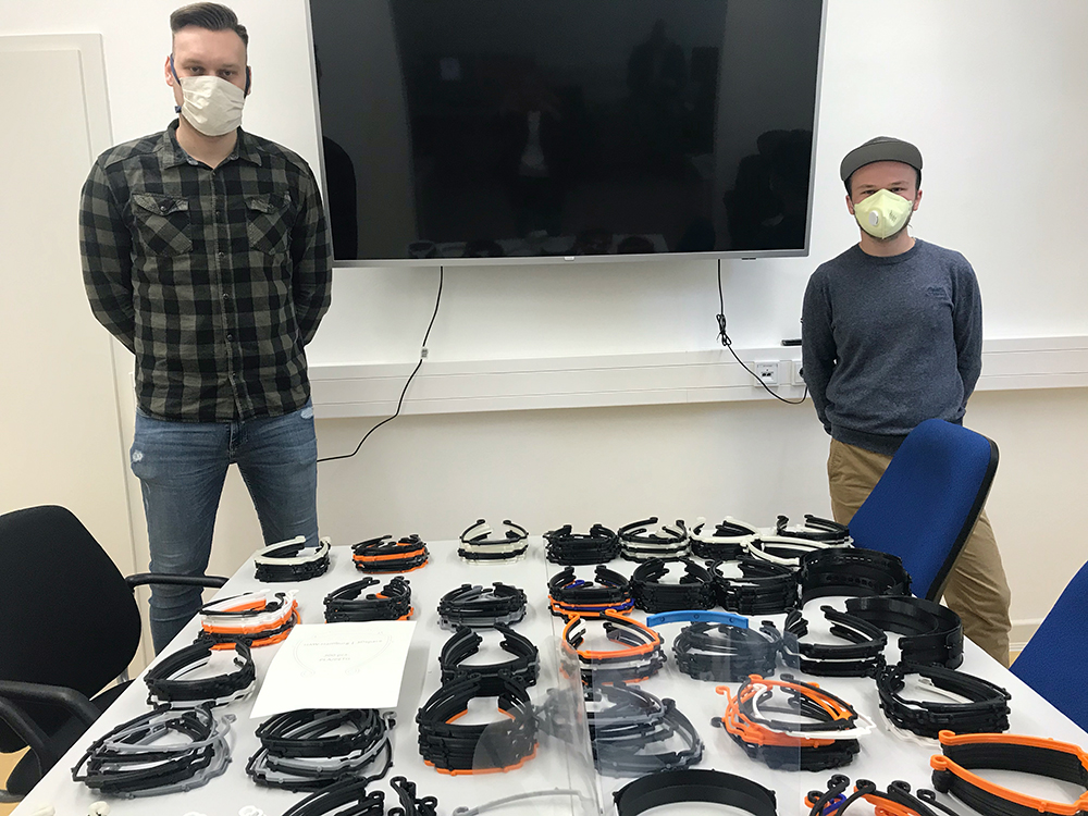 Studenten der HAW mit den Maskenhalterung aus dem 3D-Druck