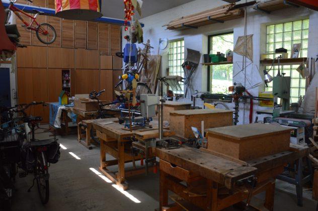 Werkhalle mit Werkbänken und gebauten Dingen