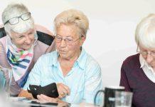 """Dagmar Hirche bringt den Senioren*innen das """"1x1 der Tablets und Smartphones"""" bei."""