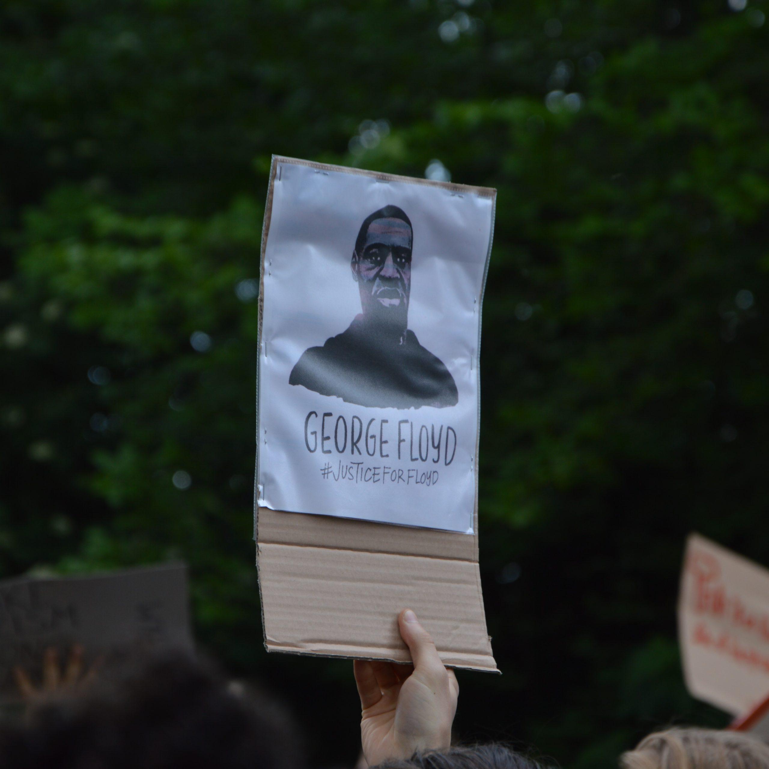 Demo George Floyd Plakat eines Demonstranten