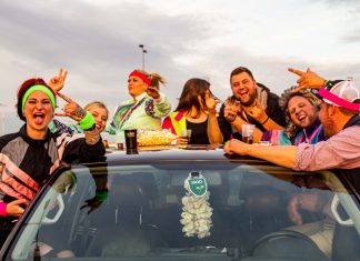 Fans feiern bei Finch im Auto