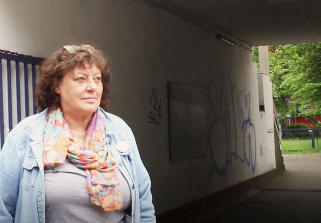 Projektleiterin Carmen Krüger steht am Eingang vom Pottkieker, der sozialen Stadtteilküche Dulsberg.