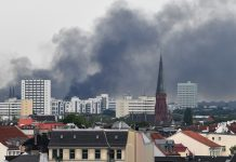 Am Himmel über Hamburg ist grauer Rauch zu sehen. Die Ausschreitungen von damals werden im aktuellen G20-Prozess in Hamburg verhandelt.