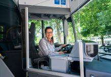 Busfahrerin hinter Trennscheibe