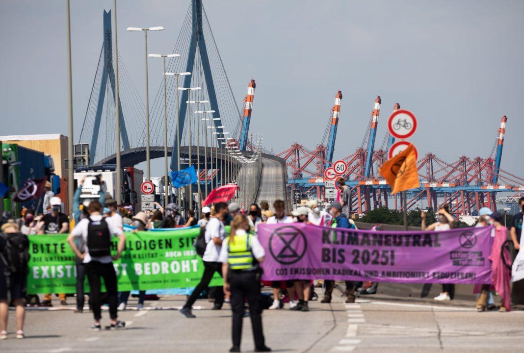 Die Umweltgruppe Extinction Rebellion blockierte die Köhlbrandbrücke.