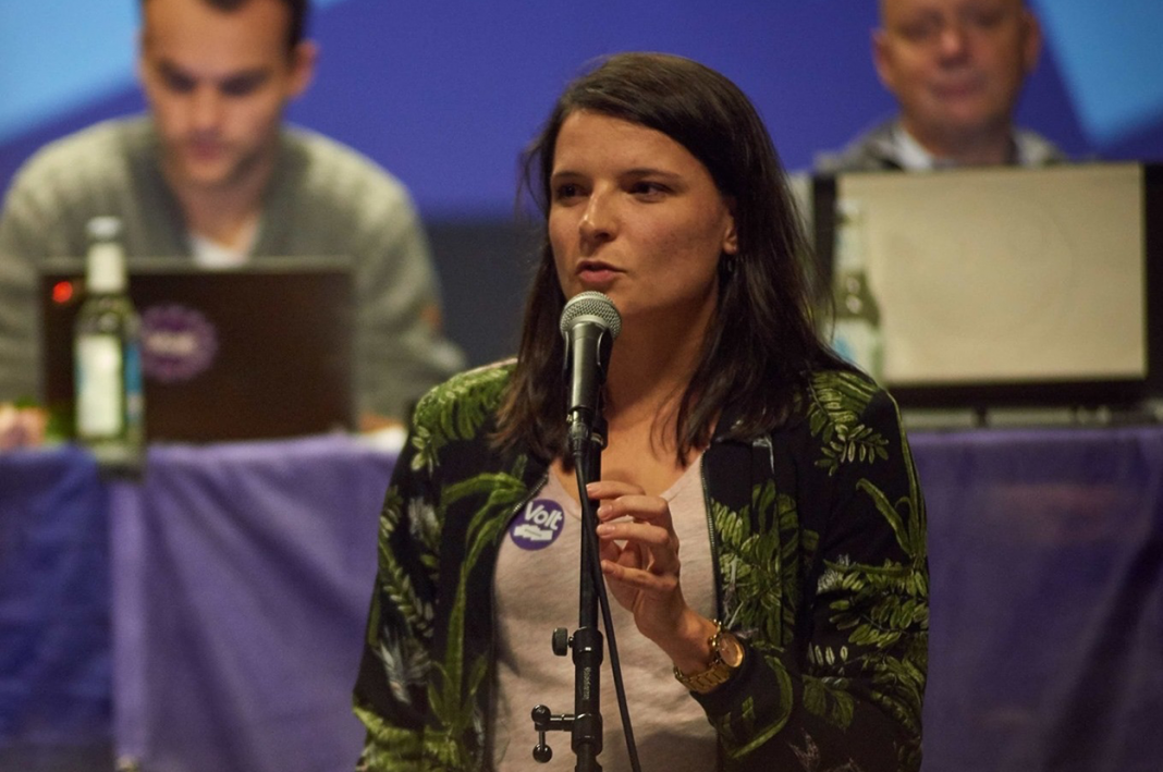 Volt Hamburg Spitzenkandidatin Mira Alexander am Mikrofon