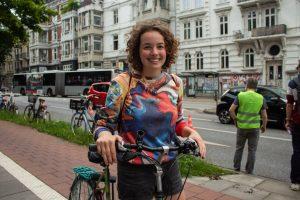Luisa Waack fühlt sich auf der Pop-Up-Bike-Lane sicherer
