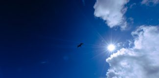 Blauer Himmel und Sonnenschein