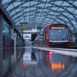 In Hamburgs Bussen und Bahnen sind jetzt zusätzliche Desinfektionsteams unterwegs.