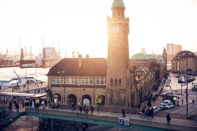 Landungsbrücken an der Elbe
