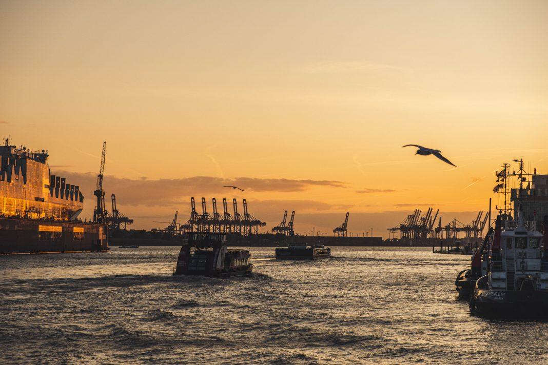 Ausblick auf die Elbe bei Sonnenuntergang. Foto: Unsplash