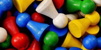 Bunte Spielfiguren für Kinderspiele