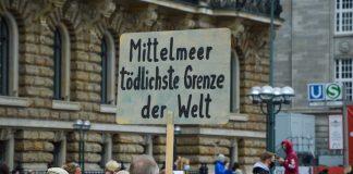 """Protestschild bei der """"Seebrücke"""" Kundgebung"""