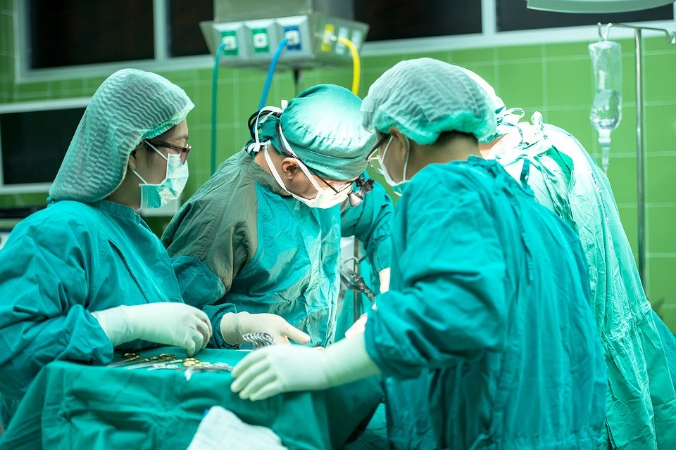 Symbolbild - Ärzte bei der Operation