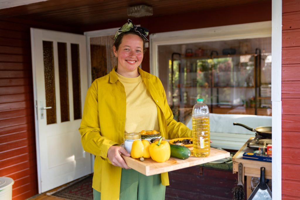 Tuula bereitet das Abendessen vor