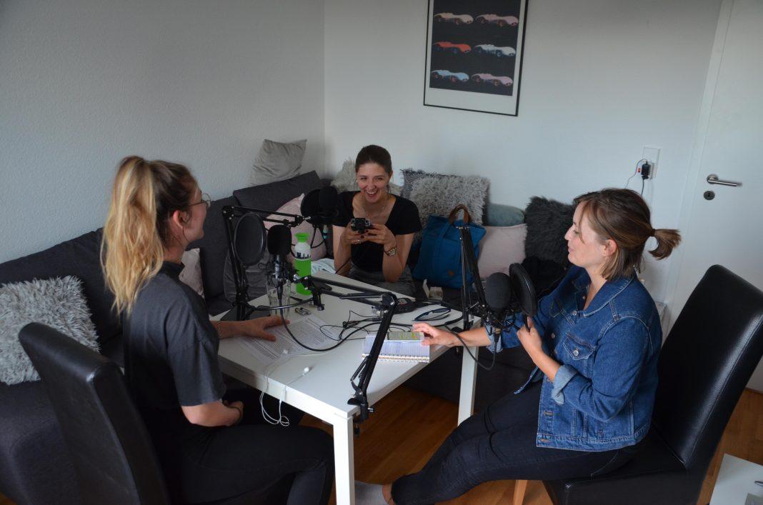 Aniko, Eva und Chiara sprechen über die Bewerbung am Podcast-Tisch