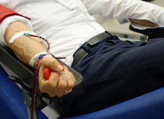 Mann beim Blutspenden