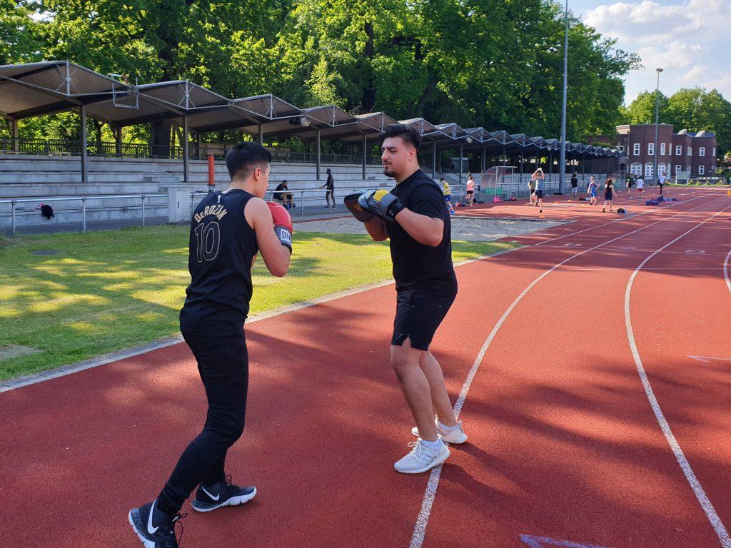 Auf der Tartanbahn des Stadions trainieren Okan (links) und Soner ihrer Boxtechnik. Foto: Patrick Nägele