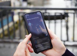 Corona-Warn-App wird auf dem Smartphone gezeigt