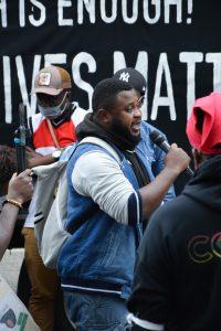 Abimbola Odugbesan hält eine Rede auf der Kundgebung vor dem US-Konsulat. Foto: Maja Andresen.