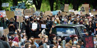 Um die 4.500 Personen kamen am 05. Juni, um vor dem US-Konsulat gegen Rassismus und Polizeitgewalt zu demonstrieren. Foto: Maja Andresen.