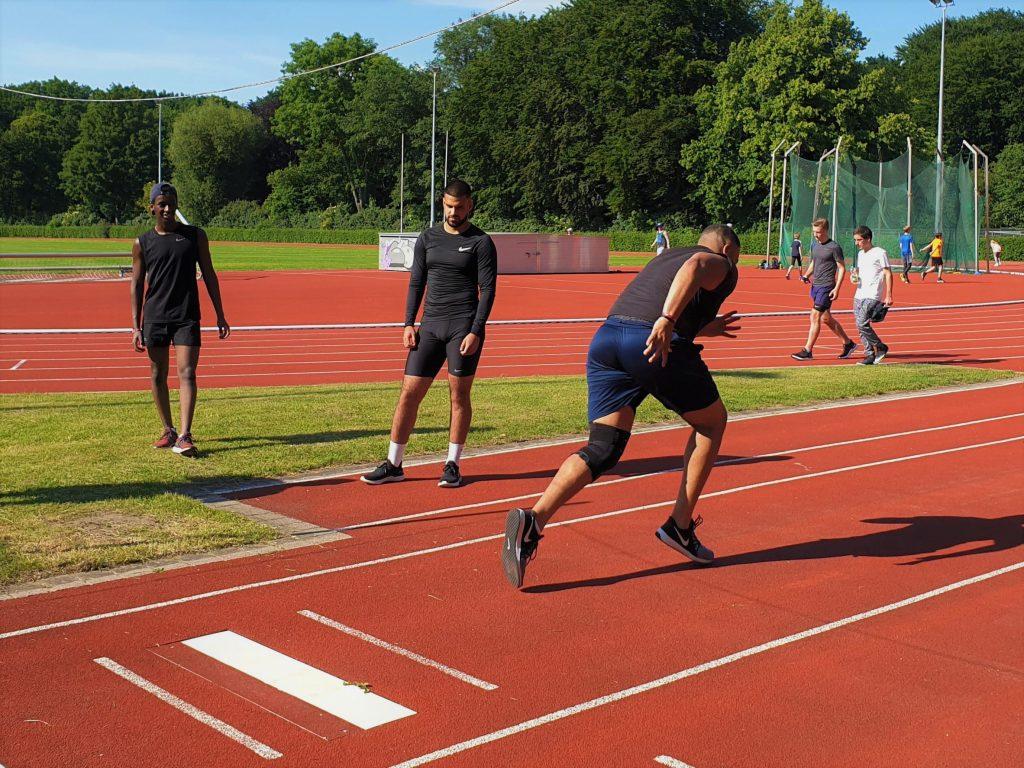 Dominik sprintet, Matthew (ganz links) schaut zu. Foto: Patrick Nägele