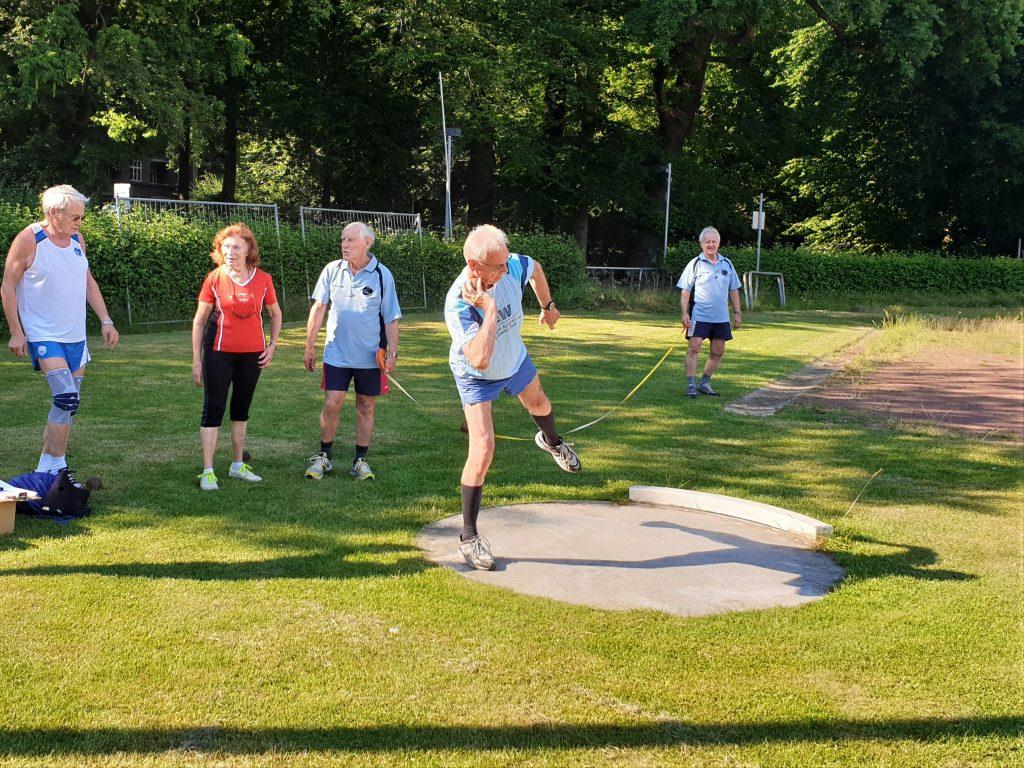 Auch Kugelstoßen trainiert die Betriebssportgruppe im Stadion. Foto: Patrick Nägele
