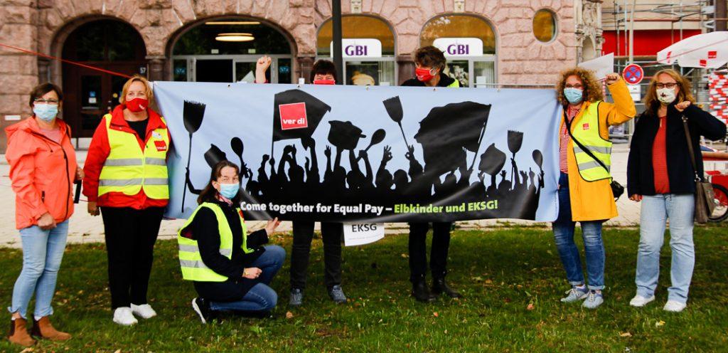 Elbkinder-Kita Streik: Mitarbeiter*innen und Verdi-Vertreter*innen demonstrieren vor dem Gewerkschaftshaus am Besenbinderhof. Foto: Pia Röpke.
