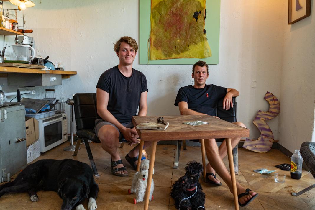 Felix und Marc vom Hamburger Künstlerduo We Are Visual sitzen in ihrem Atelier.