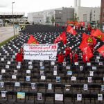 Bei Airbus in Hamburg sollen 2.000 Stellen abgebaut werden. IG Metall stellt als Protest 2.000 Stühle auf. Foto: Christian Charisius/dpa