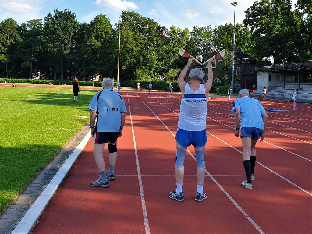 Auf die Plätze, fertig, los: 50-m-Sprint zum Abschluss der Trainingseinheit im Stadion. Foto: Patrick Nägele