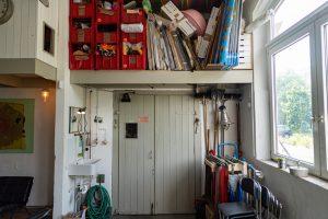 Über dem Atelier gibt es Platz für Stauraum und Übernachtungsbesuch.