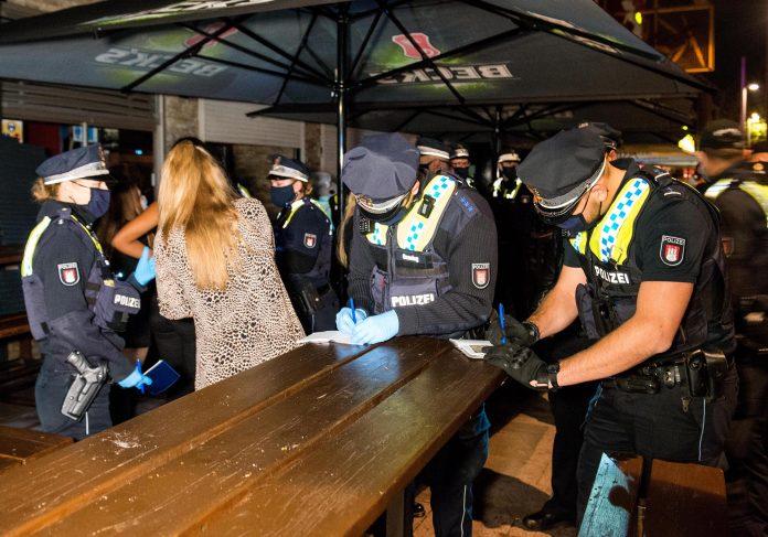 Polizei kontrolliert Gäste von Corona-Party, Quarantäne für alle Gäste