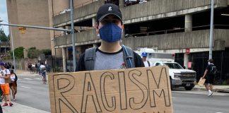 Matthew mit Protestschild im Vorfeld der Wahl, auf BLM Demonstration