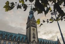 Das Hamburger Rathaus im Herbst.