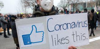 Ein Plakat bei der Corona Demo in Hamburg. Foto: dpa