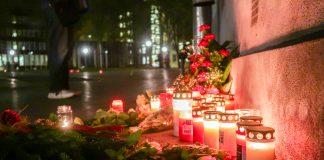 """Kerzen und Blumen die im Rahmen von """"Grindel leuchtet"""" aufgestellt wurden, um den Opfern der Progromnacht 1938 zu gedenken. Foto: Pia Röpke"""