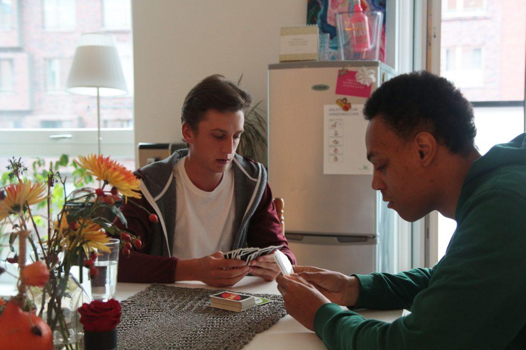 Joshua und Michael wohnen in einer inklusiven WG. Foto: Klaeden